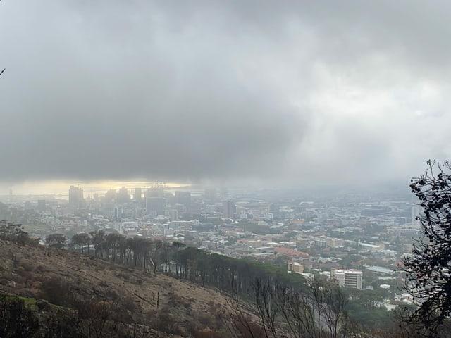Bewölktes Kapstadt von oben gesehen