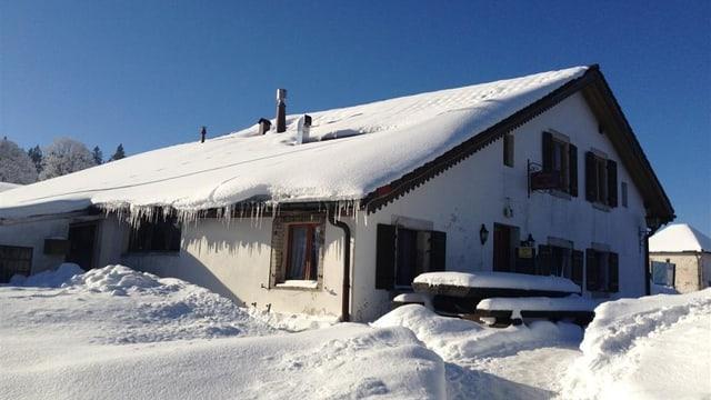 Verschneites Bauernhaus in La Brévine im Februar 2013.
