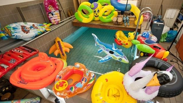 Verschiedene Wasserspielzeuge und Schwimmhilfen im Test beim TÜV