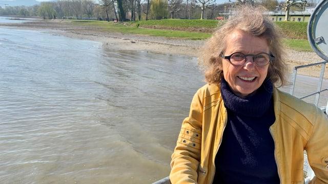 Frau mit Brille am See
