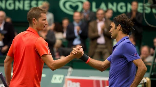 Florian Mayer und Roger Federer beim Handshake.