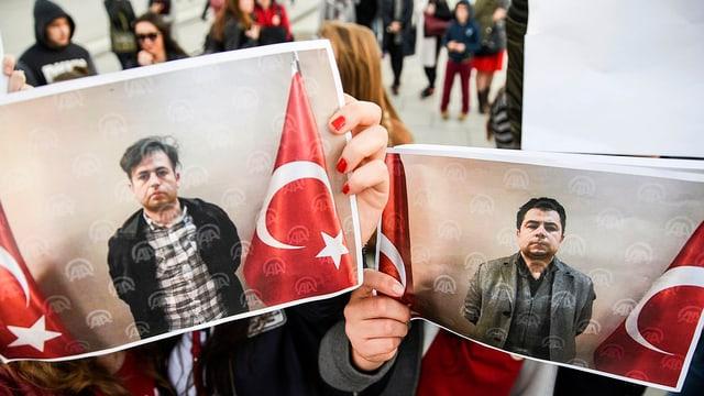 Demonstranten halten Fotos der ausgeschafften Türken erkennbar sind.