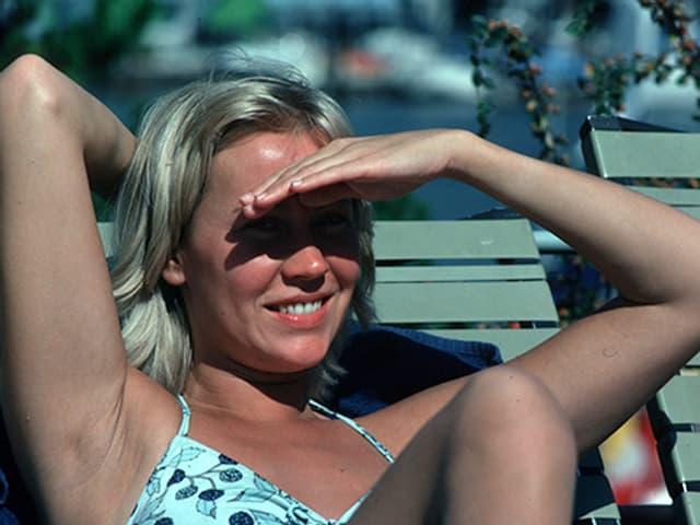 Agnetha Fältskög beim Sonnenbaden