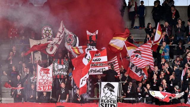 FC Thun Fans zünden Feuerwerk im Stadion.