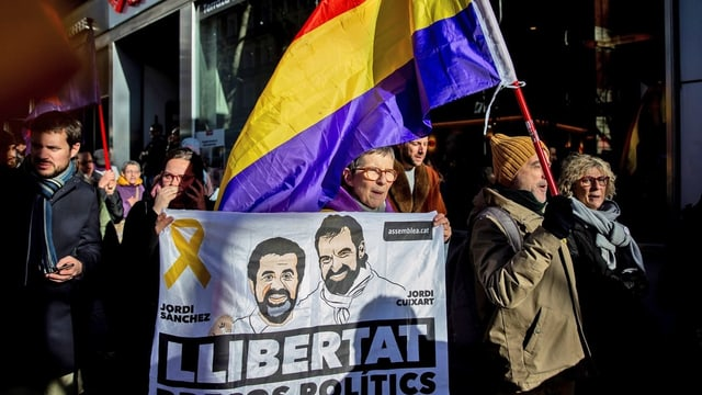 Purtret da protestants che tegnan enta maun bandieras e placats.