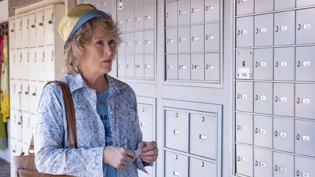 Meryl Streep vor einer Wand voller Briefkästen