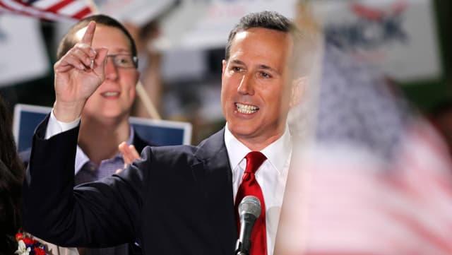 Rick Santorum fa il pled da candidatura. El fund èn vesaivlas bandieras.