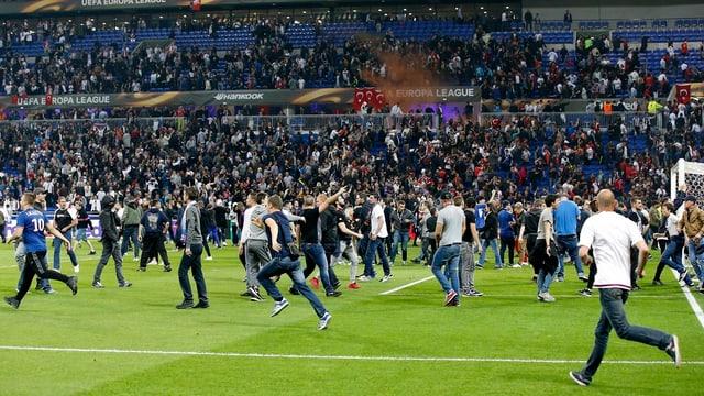 Fans flüchten in Lyon auf das Spielfeld.