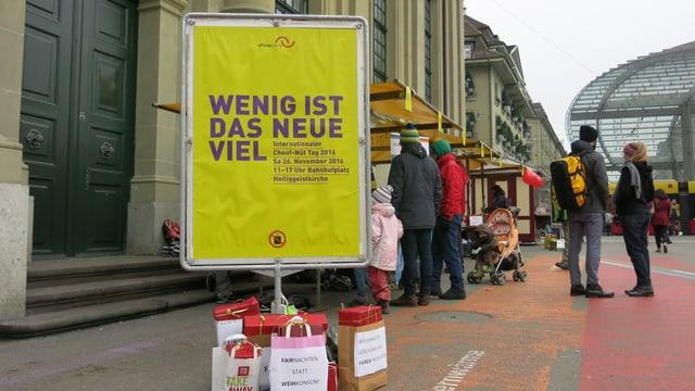 Plakat mit Aufschrift «Wenig ist das neue Viel»