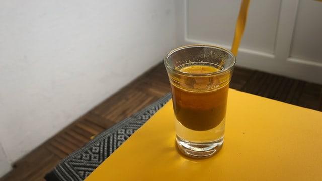 Optisch auch jetzt nicht mehr so vielversprechend. Und auch beim Trinken fühlt sich der Kurkuma-Shot eher wie eine Medizin an.