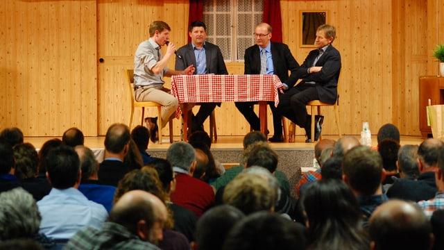 Vier Herren auf einem Podium.
