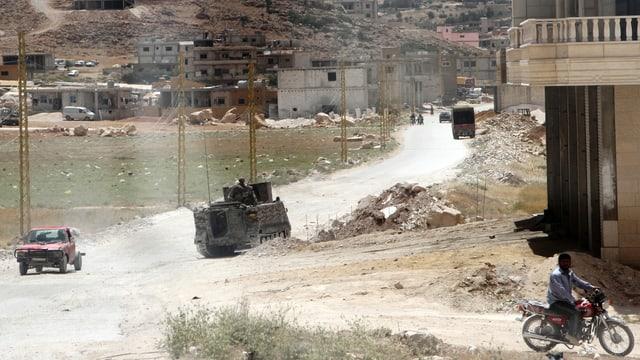 Ein Panzer fährt auf einer Strasse.