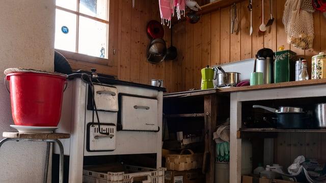 Die einfach eingerichtete Küche einer Alphütte.