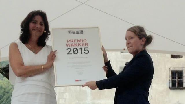 Daniela Saxer, vicepresidenta da la Protecziun da la Patria (dretg) e la presidenta da la Bregaglia, Anna Giacometti.