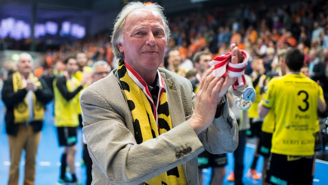 Dominique Gmür applaudiert nach dem dritten Handball Playoff-Finalspiel der Kadetten Schaffhausen gegen den TSV Otmar.