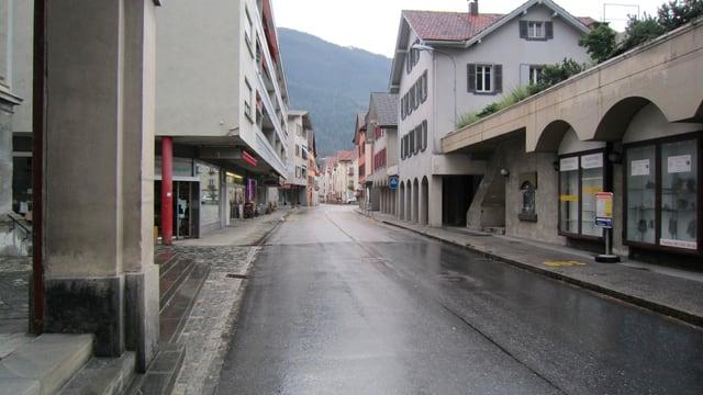 La via principala tras il vitg da Domat.