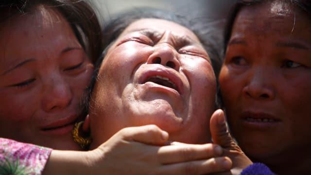 In Katmandu trauern Familienangehörige um ihre verstorbenen Liebsten.