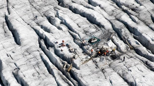 Die Teile des Flugzeugwracks auf dem Gletscher, von oben gesehen.