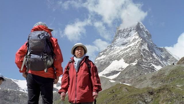 Asiatische Touristen vor dem Matterhorn.