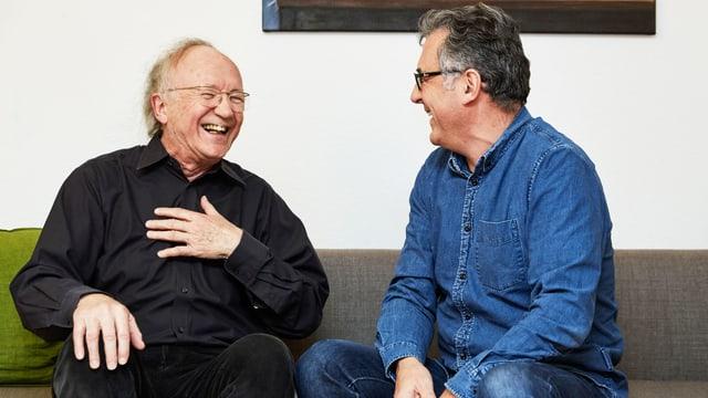 Zwei Männer unterhalten sich und lachen