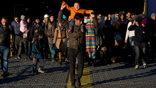 Flüchtlinge verlassen Fähre.