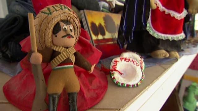 Eine mexikanische Puppe auf einem Kaminsims.
