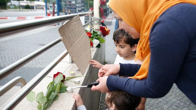 Familie zündet Kerzen an