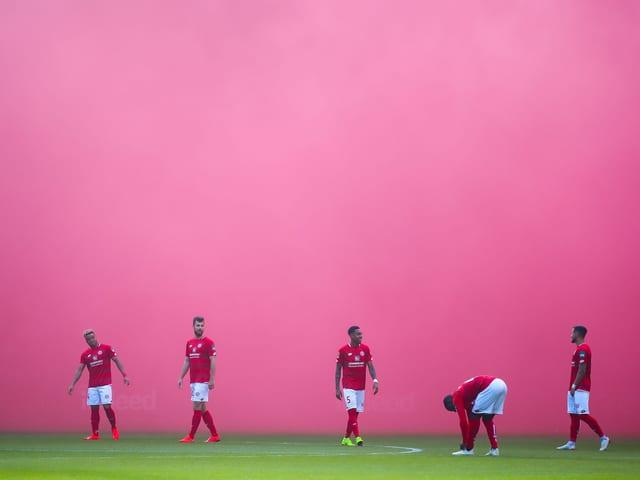 Mainz-Spieler in dichtem pinken Rauch