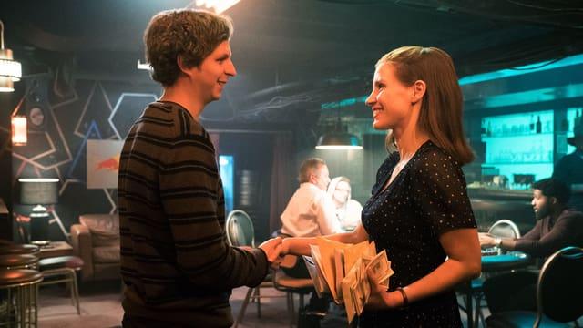 Mann und Frau schütteln sich die Hand.