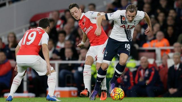 Arsenals Mesut Özil gegen Tottenhams Harry Kane duellieren sich um den Ball.