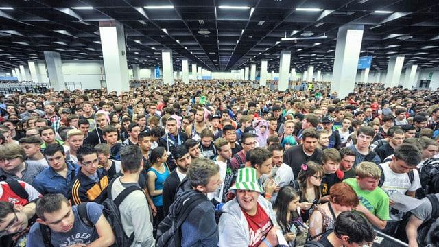 Menschenmassen in den Kölner Messehallen, wo die alljährliche Gamescom stattfindet.