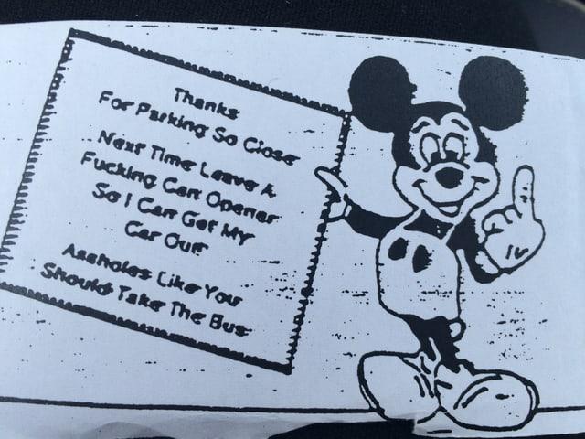 Zettel mit Mickey Maus.