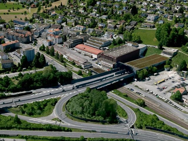 Der Autobahnanschluss in der Gemeinde Kriens aus der Luft betrachtet.