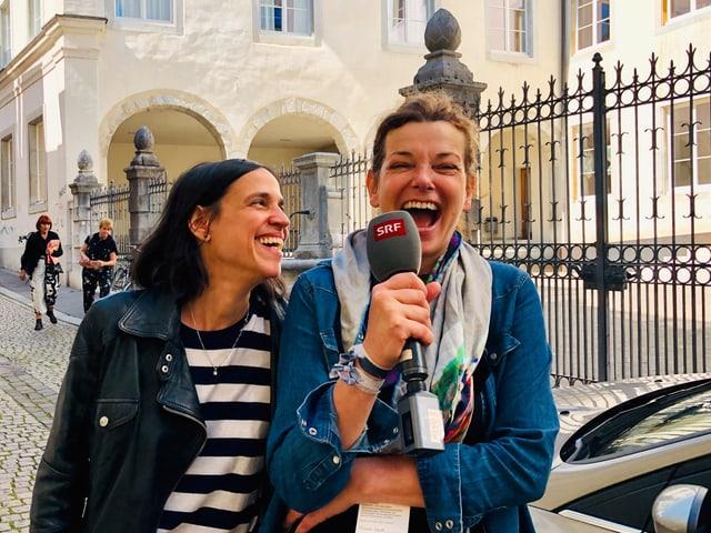 Milena Moser und Annette König lachen