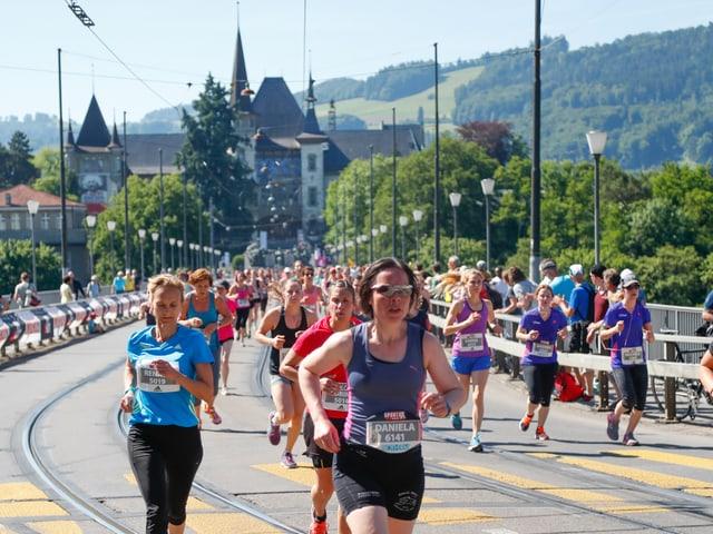 Frauen rennen über die Kirchenfeldbrücke