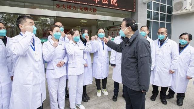Li Keqiang, Pflegepersonal, alle mit Mundschutz