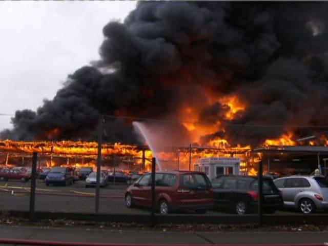 Standbild der brennenden Autos.