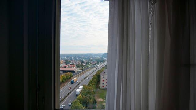 Blick auf eine Autobahn aus einem Zimmer.