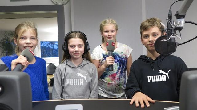 Die vier jungen Radiotalente bei ihrem Besuch im Regionaljournal Zentralschweiz (von links): Eva, Lilly, Alessia und Luca.