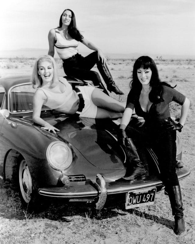 Frauen auf dem Auto