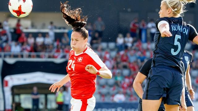 Géraldine Reuteler bei einer Kopfball-Aktion