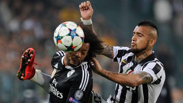 Marcelo im Zweikampf mit Vidal, letzter hat das Bein fast auf Kopfhöhe des Gegners.