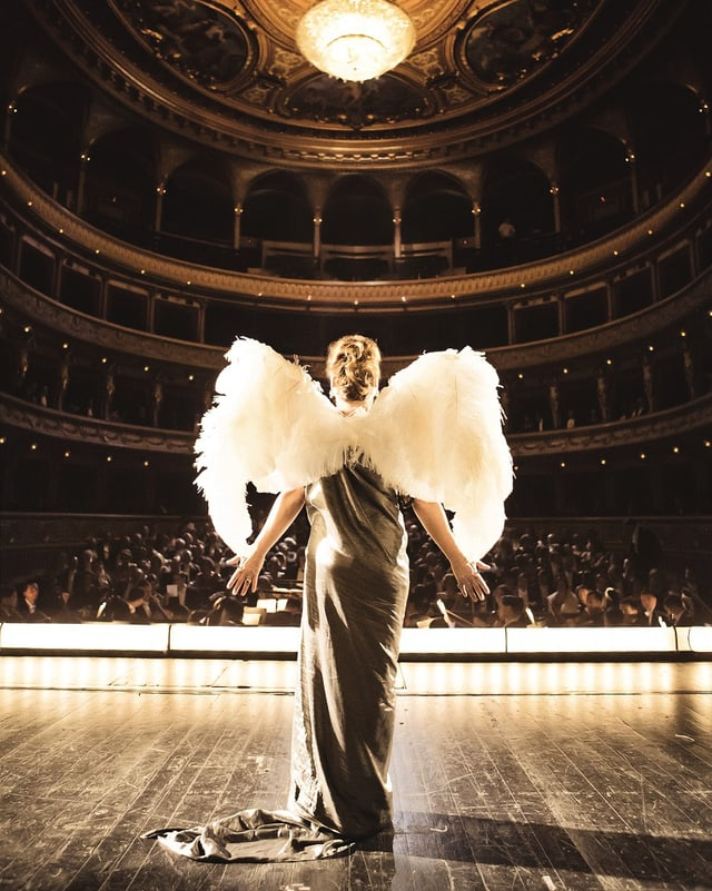 Marguerite singt vor bezahlendem Publikum in der Pariser Oper.