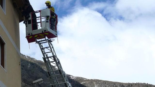 Feuerwehrmann auf Leiter