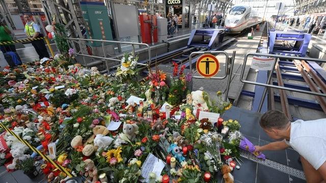 Blumen an Bahnhof.