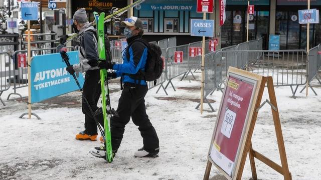 Skifahrer in Verbier mit Masken