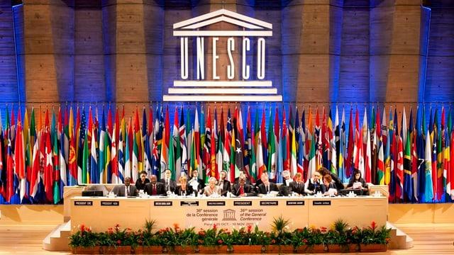 Unesco-Logo, Flaggen der Länder, Podium.