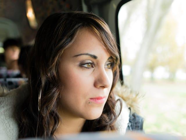 Jetzt heisst es Nerven zu bewahren. Carmen im Bus, der sie zu der Blind Audition in Kreuzlingen fährt.