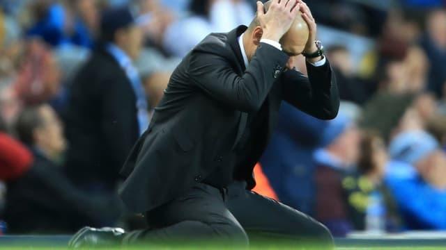 Pep Guardiola kniet am Boden.