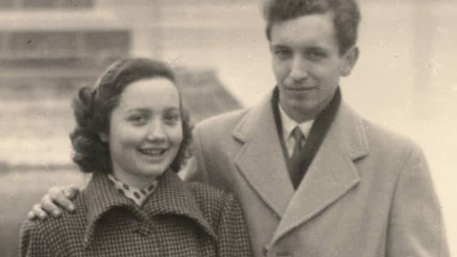 Schwarz-weiss-Bild eines jungen Paares.